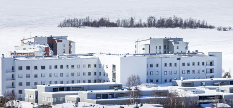 Länsi-Pohjan keskussairaala talvella ulkoa kuvattuna.